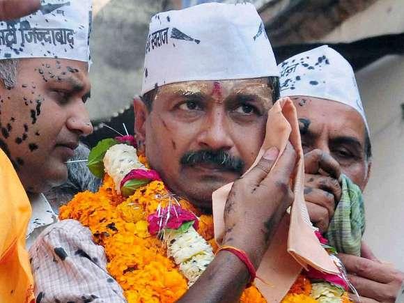 protesters-throw-black-ink-on-kejriwal-1395757544821